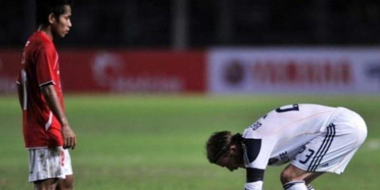 David Beckham (kanan) dan Andik Vermansah saat melakoni laga persahabatan antara LA Galaxy versus Timnas Indonesia Selection yang berakhir 1-0, Rabu (30/11/2011) malam, di Stadion Gelora Bung Karno.