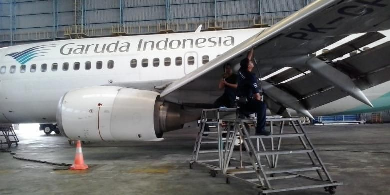 Petugas melakukan pengecekkan pesawat di hanggar 2 Garuda Maintenance Facilities (GMF), Bandara Soekarno Hatta, Cengkareng beberapa waktu lalu.