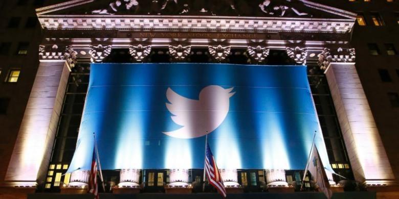 Sebuah poster bergambar logo Twitter menghiasi gedung bursa saham New York Stock Exchange (NYSE) sebelum Twitter menjual saham perdananya ke publik, Kamis (7/11/2013).