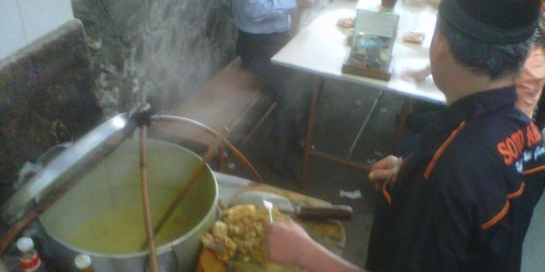 H Endang tengah meramu soto di warungnya yang sederhana di Gang Hardjo, Jalan Mandalagiri, Pasar Baru, Garut, Jawa Barat. Dia merupakan generasi kedua soto Haji Achri yang legendaris itu.