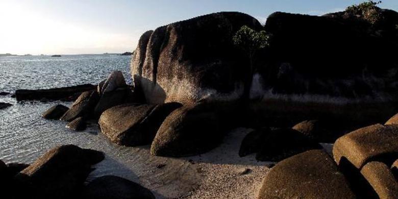 Suasana Pantai Tanjung Kelayang, Kecamatan Sijuk, Belitung, Selasa (12/4/2011). Pulau Belitung terkenal dengan keindahan lokasi wisata pantai pasir putih berbatu granit artistik.