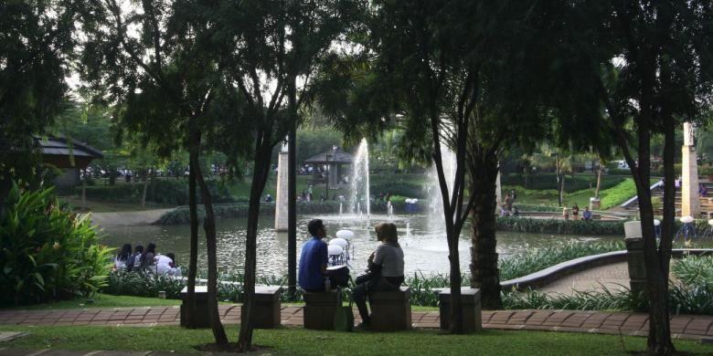Warga menikmati suasana sore hari dengan bercengkrama di Taman Ayodya, Kebayoran Baru, Jakarta Selatan, Senin (25/6/2012). Taman yang asri dengan air mancur dan taman yang terawat tersebut selalau ramai menjadi tempat berkumpul para remaja di sore hari.