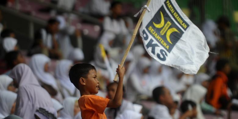 Seorang bocah mengibarkan bendera PKS saat milad Partai Keadilan Sejahtera ke-13, Minggu (17/4/2011), di Stadion Gelora Bung Karno, Jakarta.