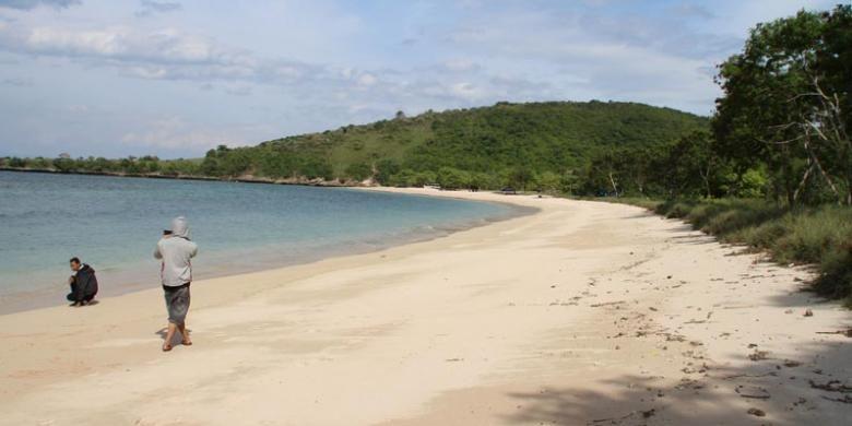 Pantai Pink, Lombok Timur, Nusa Tenggara Barat, belum banyak dikunjungi wisatawan dalam dan luar negeri. Warna pasirnya yang merah jambu bila terkena air dan sinar matahari menjadi daya tarik bagi pelancong yang mengunjungi pantai ini.