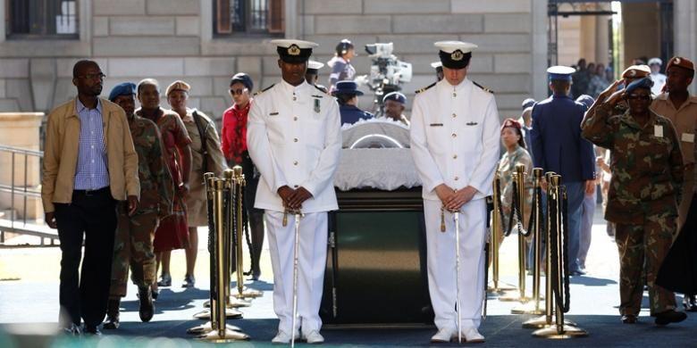Warga Afrika Selatan bergantian memberikan penghormatan terakhir untuk mendiang Nelson Mandela, yang jasadnya disemayamkan di Union Buildings, Pretoria, tempat dia dilantik menjadi presiden kulit hitam pertama Afsel 19 tahun lalu. Selanjutnya, jasad Mandela akan diterbangkan ke kampung halamannya di Qunu, untuk dimakamkan.