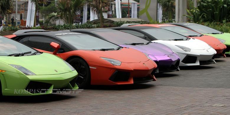 Supercar premium Lamborghini, Ferrari, Porsche, Jeep, Lotus dan berbagai merek lainnya terparkir di mall Senayan City Jakarta Pusat, Minggu (3/11/2013).(TRIBUNNEWS/HERUDIN )