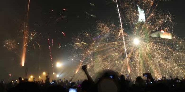 Suasana pesta kembang api di kawasan Bundaran Hotel Indonesia saat Car Free Night dalam rangka gelaran Jakarta Night Festival pada perayaan Tahun Baru 2013, Senin (31/12/2012) malam.