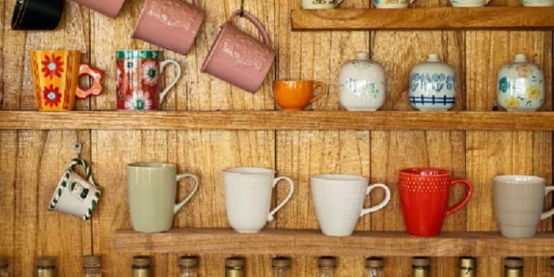 Menyusun peralatan makan di rak dapur termasuk kegiatan yang memudahkan aktivitas Anda di kemudian hari.