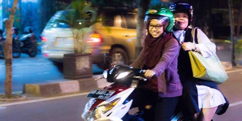 Keduanya berboncengan sepeda motor sesampainya di seberang jalan.