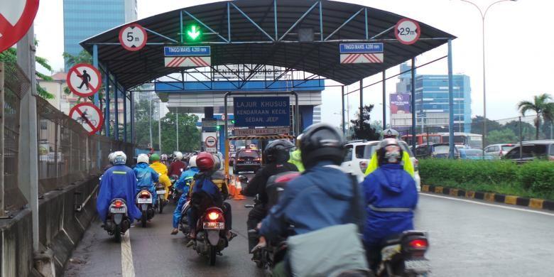 Pengendara sepeda motor terpaksa diarahkan masuk ke jalan tol untuk menghindari banjir di TB Simatupang