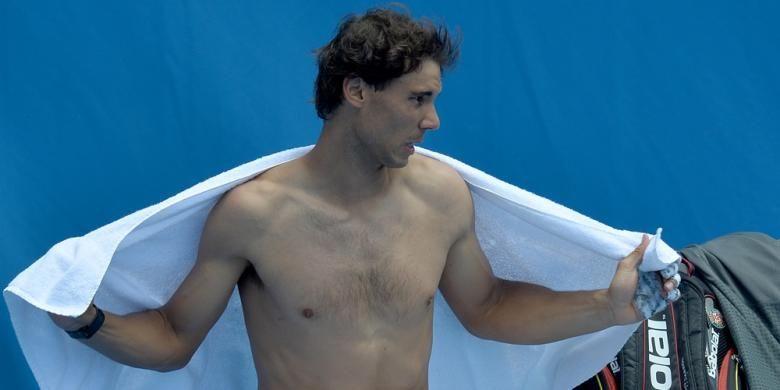 Petenis Spanyol, Rafael Nadal mengelap badannya dengan handuk saat menjalani sesi latihan jelang Australian Open di Melbourne, Minggu (12/01/2014). Australian Open berlansung di Melbourne Park, 13-26 Januari.
