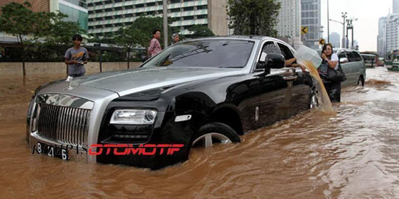 Mobil mewah wajib bayar asuransi kalau kebanjiran.