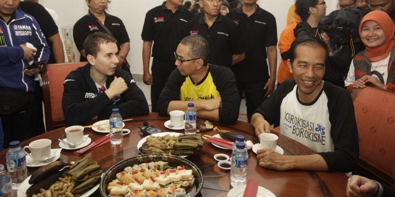 Pebalap MotoGP dari tim Yamaha Jorge Lorenzo bersama Gubernur Joko Widodo (Jokowi) di Balai Kota, Jakarta, Jumat (17/1/2014). Jorge Lorenzo bersepeda bersama Jokowi dari rumah dinas Gubernur di Taman Suropati menuju Balai Kota.KOMPAS IMAGES/RODERICK ADRIAN MOZES