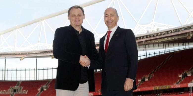 CEO Arsenal, Ivan Gazidis, berjabat tangan dengan CEO PUMA, Bjoern Gulden, menandai kesepakatan antara kedua belah pihak. Mulai musim depan, PUMA  bakal menjadi seragam resmi The Gunners, baik seragam bermain maupun berlatih.