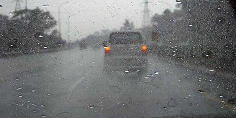Jalanan basah, hati-hati menghentikan laju mobil atau tergeleincir.