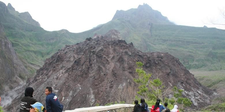Ratusan wisatawan lokal maupun asing berkunjung ke kawasan wisata Gunung Api Kelud di Kabupaten Kediri, Jawa Timur, Minggu (15/6/2008). Gunung Kelud kembali meletus Kamis (13/2/2014) malam.