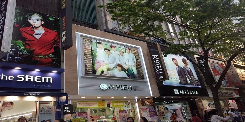 Pusat belanja kosmetik di Myeongdong, Seoul, Korea Selatan