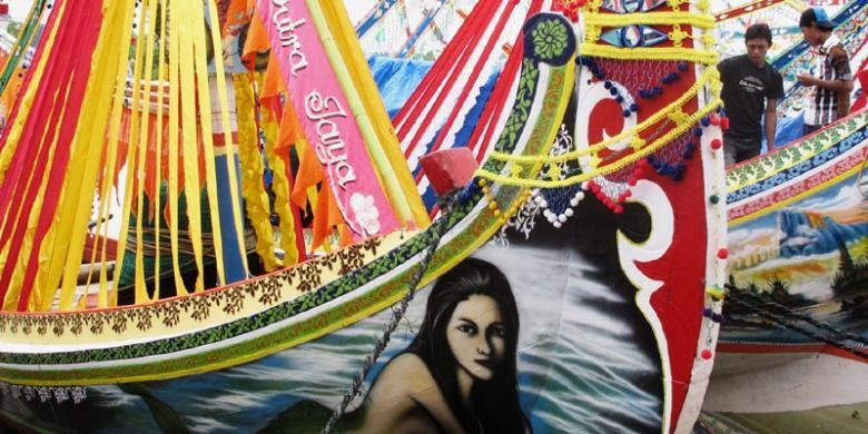 Perahu-perahu nelayan dihias untuk memeriahkan acara petik laut atau rokat tasek di Sumenep.