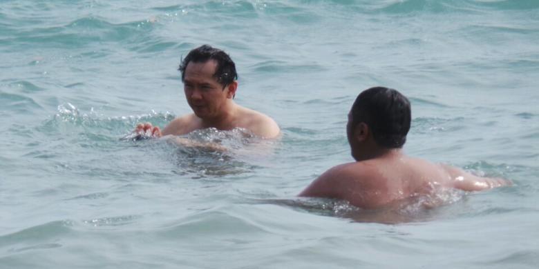 Wakil Gubernur DKI Jakarta Basuki Tjahaja Purnama asik berenang di pantai pribadinya di Belitung Timur.