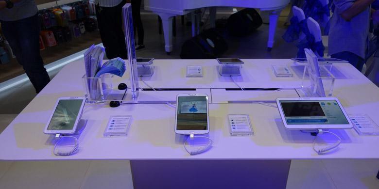 Phablet dan tablet dipajang di salah satu sudut SES