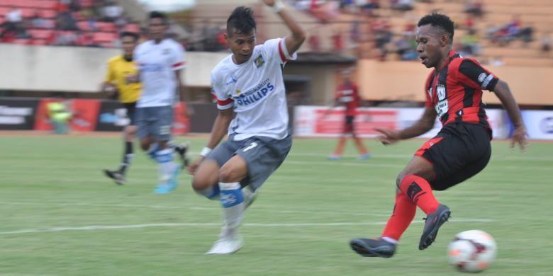 Penyerang Persipura Jayapura, Ferinando Pahabol (17) berusaha melewati pemain bertahan Persiba Balikpapan Arifki Eka Putra (7). Dalam laga lanjutan ISL yang mempertemukan Persipura Jayapura dengan tim tamu Persiba Balikpapan di Stadion Mandala, Jayapura, Kamis (20/2/2014) berhasil dimenangkan Persipura melalui gol penalti Ian Luis Kabes pada penghujung babak kedua.