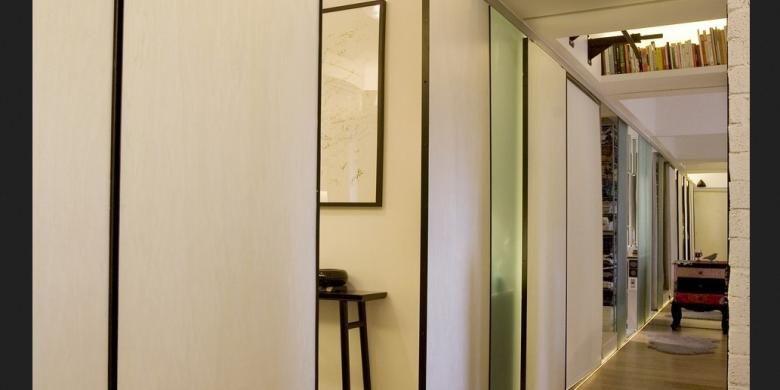 Setiap pintu geser itu juga dilengkapi dengan lampu LED. Selain menambah pencahayaan, lampu-lampu tersebut juga menambah keindahan apartemen, terutama di malam hari.