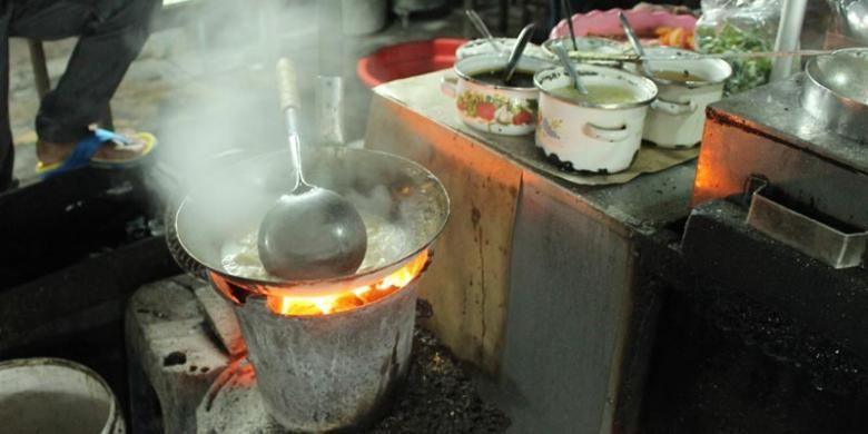 Bakmi Kadin dimasak dengan kompor arang membuat aroma kuahnya semakin gurih.