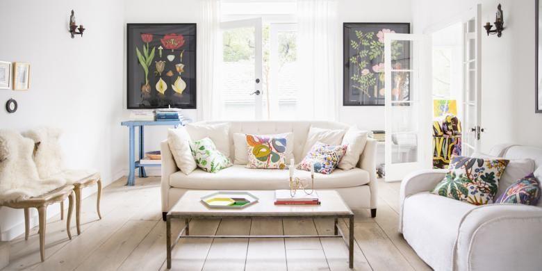 Sebelum terlanjur memilih warna cat dinding, gunakan alternatif lain dalam memasukkan warna dalam rumah Anda. Cara ini membuat Anda punya lebih banyak waktu menimbang-nimbang pilihan Anda.