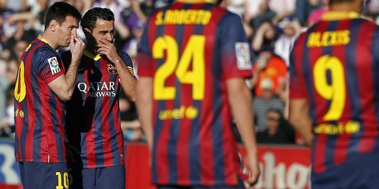 Striker Barcelona, Lionel Messi (kiri) dan gelandang Xavi Hernandez (2 dari kiri) saat melawan Real Valladolid di Jose Zorilla stadium, Sabtu (8/3/2014).