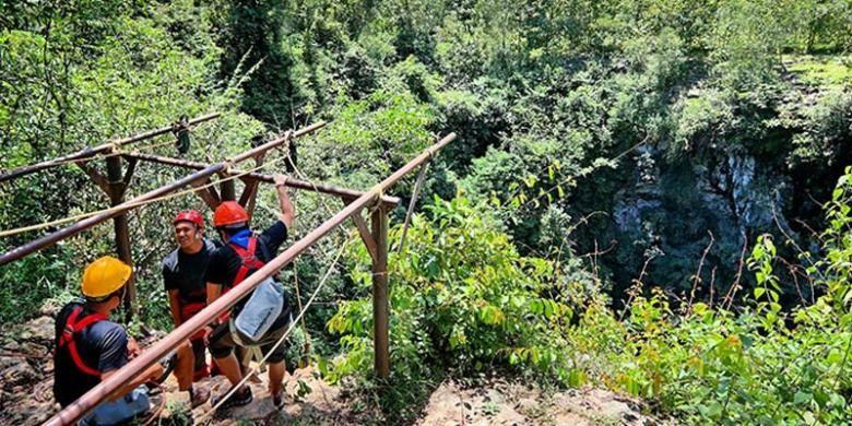 Goa Jomblang di Kabupaten Gunungkidul, DIY.