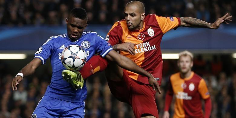 Gelandang Galatasaray, Felipe Melo (2 dari kanan), berebut bola dengan striker Chelsea Samuel Etoo pada laga leg kedua babak 16 besar Liga Champions di Stamford Bridge, Selasa (18/3/2014). Chelsea menang 2-0.