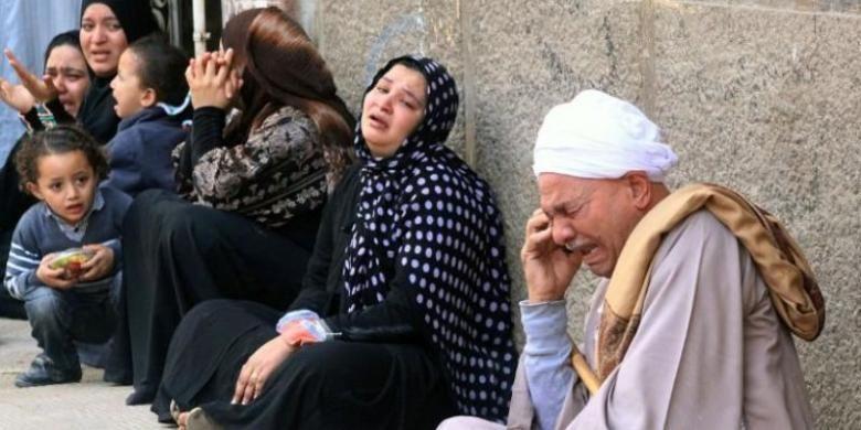 Keluarga para terdakwa anggota Ikhwanul Muslimin, menangis setelah pengadilan di kota Minya, Mesir menjatuhkan vonis hukuman mati untuk 529 anggota gerakan itu.