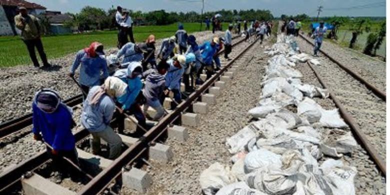 Ratusan pekerja dikerahkan untuk menggeser rel jalur tunggal untuk dialihkan ke jalur ganda di ruas antara Cepu, Jawa Tengah, dan Tobo, Bojonegoro, Jawa Timur, Rabu (26/3). Pengalihan jalur ini sekaligus menandai dioperasikannya jalur ganda Bojonegoro-Semarang Tawang sepanjang 208 kilometer. Jalur ini merupakan bagian dari proyek jalur ganda Jakarta-Surabaya yang ditargetkan beroperasi April 2014.