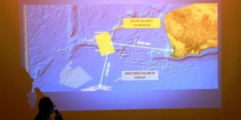 Seorang pejabat Malaysia memperlihatkan area pencarian pesawat Malaysia Airlines MH370 pada Sabtu (29/3/2014) kepada keluarga penumpang di Hotel Metro Park, Beijing.