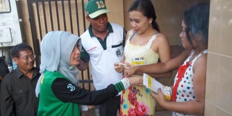 Calon anggota legislatif Arzetty Bilbina blusukan di kompleks lokalisasi Dolly, Surabaya, Jawa Timur, 2 April 2014.