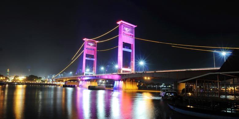 Suasana malam penyalaan lampu Light Emiting Diode (LED) di Jembatan Ampera Palembang, Sumatera Selatan, Sabtu (18/5). Royal Philips Electronic bersama Pemkot Palembang menggantikan lampu pijar dengan lampu LED untuk mendukung program Kota Terang Hemat Energi (KTHE) Penggunaan lampu LED dapat menghemat biaya listrik di jembatan tersebut dari sebelumnya 900 juta menjadi Rp 250 juta per tahun.