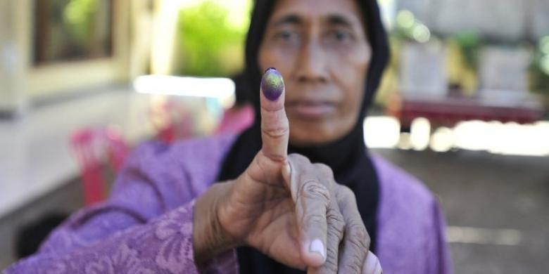 Ilustrasi mencoblos. Foto diambil saat pemilihan Wali Kota dan Wakil Wali Kota Surabaya periode 2010-2015 di TPS 04, Kelurahan Sukolilo, Kecamatan Bulak, Surabaya.