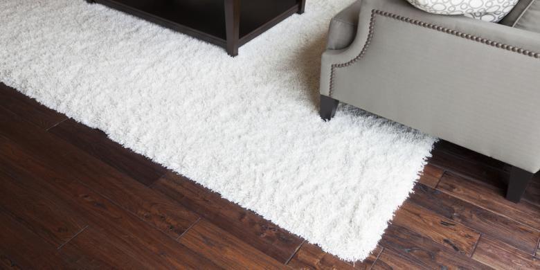 Memiliki lantai kayu membawa tantangan tersendiri bagi pemiliknya. Selain itu, beberapa hal sederhana pun bisa merusak lantai kayu tanpa disadari oleh pemiliknya.