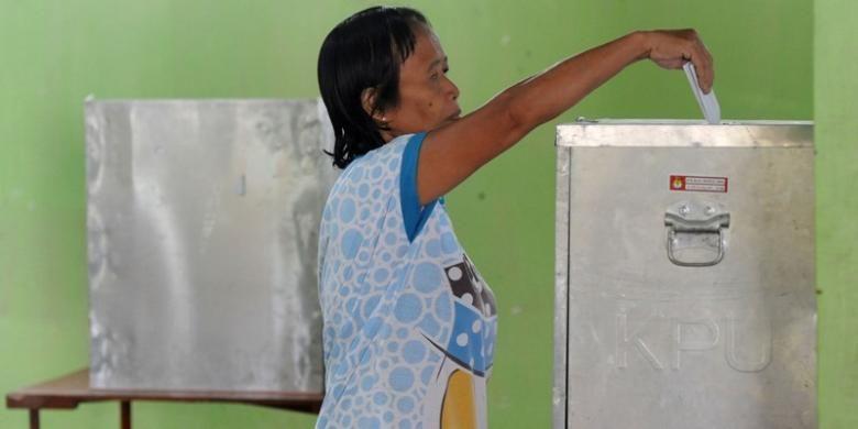 Pemungutan Suara Ulang - Warga mengikuti pemungutan suara ulang di TPS 5, Dusun Jati, Desa Sriharjo, Imogiri, Bantul, DI Yogyakarta, Minggu (13/4). Pemungutan suara ulang dilakukan karena 10 lembar surat suara pada Pemilu sebelumnya di TPS itu tertukar dengan surat suara untuk daerah pemilihan Kabupaten Sleman.