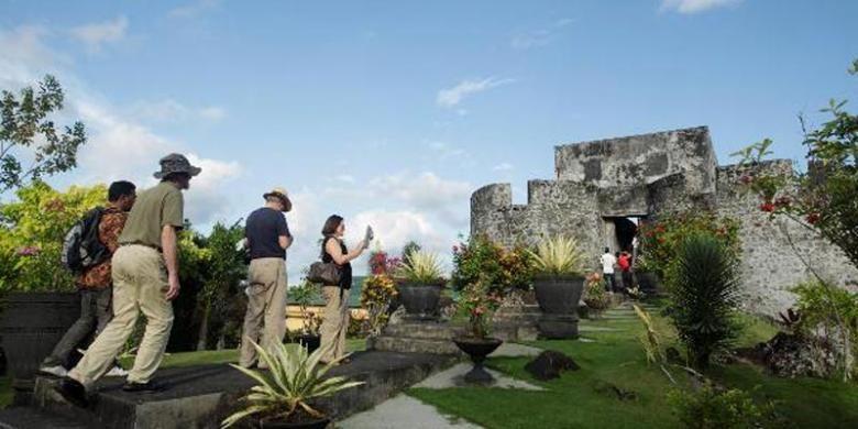Wisatawan mancanegara mengunjungi Benteng Tolucco di Ternate, Maluku Utara, Selasa (15/4/2014). Benteng yang dibangun oleh Francisco Serao pada 1540 ini juga sering disebut Benteng Holandia atau Santo Lucas.