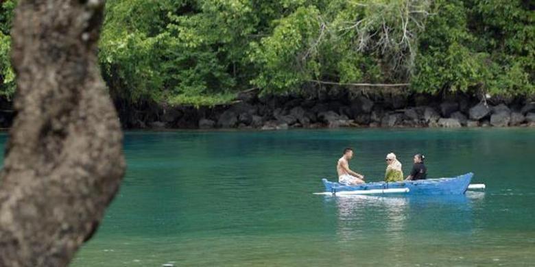 Wisatawan berperahu di Pantai Sulamadaha di Ternate, Maluku Utara, Selasa (15/4/2014). Pantai ini merupakan salah satu objek wisata favorit di Ternate. Selain perairannya yang tenang, pantai ini juga memiliki keindahan terumbu karang dan ikan.