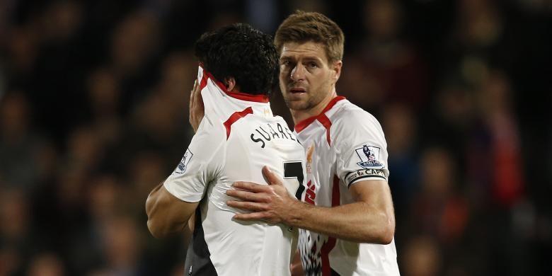 Kapten Liverpool Steven Gerrard (kanan) berusaha menenangkan rekannya, Luis Suarez, yang menangis setelah timnya bermain imbang 3-3 dengan Crystal Palace, pada laga Premier League, di Selhurst Park, London, Senin (5/5/2014). Liverpool sempat unggul 3-0 pada laga itu.