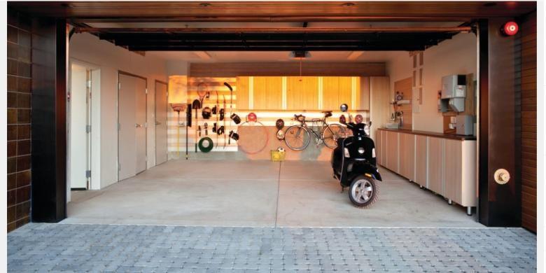 Selain memang tempat memarkir motor, tetapi apa salahnya jika motor orang lain ikut merasakan perlakuan istimewa di garasi rumah Anda? Motor dengan ukuran lebih kecil dari mobil memungkinkan Anda leluasa memberi perawatan di garasi.