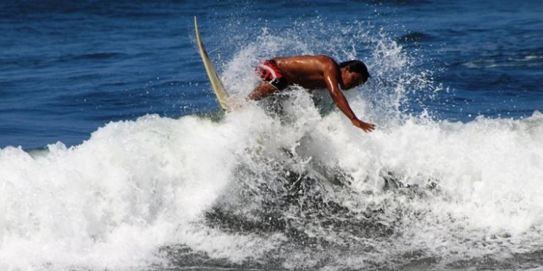 Surfing di Pantai Grajagan, Banyuwangi, Jawa Timur.