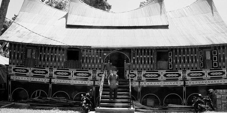 Rumah gadang di Sumatera Barat bukan hanya rumah biasa karena menjadi simbol adat Minang-kabau yang menganut kultur matrilineal. Kebertahanan rumah gadang berarti masih langgengnya adat Minangkabau. Namun, kini kian jarang rumah gadang yang terawat dengan baik di Sumbar.