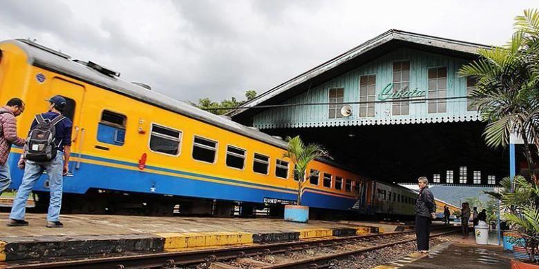 Kereta Serayu jurusan Jakarta Kota-Purwokerto, berhenti di Stasiun Cibatu, Garut, Jawa Barat, Senin (28/4/2014).