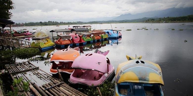 Suasana Situ Bagendit yang dijumpai dalam perjalanan dari Stasiun Cibatu, Garut, menuju Kota Garut, Jawa Barat, Senin (28/4/2014).