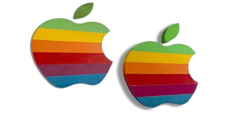 Dua papan logo lama Apple yang akan dilelang