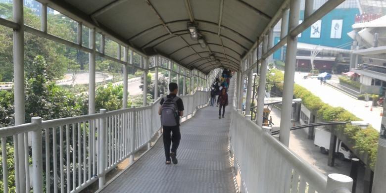 Jalur transit antara halte Semanggi dan Bendungan Hilir yang dinilai sejumlah pengguna bus transjakarta, terlalu panjang dan naik turun.