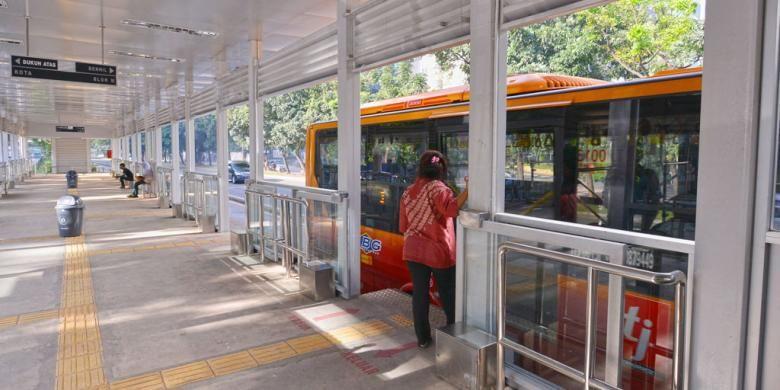 Halte Karet 2 yang baru diresmikan penggunaannya pada Rabu (28/5/2014). Halte terlihat lebih lebar dan terbuka. Desain Halte Karet 2 rencananya akan digunakan pada seluruh halte transjakarta dalam pembenahan yang rencananya akan dimulai pada Januari 2015